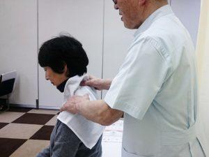 男性施術者がマッサージをしている様子の写真