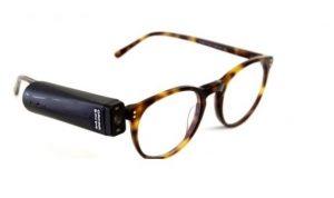 眼鏡のフレームに取り付けたオーカムの写真