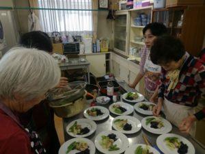 料理教室で調理したものを皿に並べている様子の写真