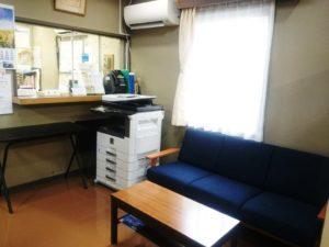 受付と待合室の写真