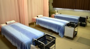 施術室の写真、ベットが3台並んでいる写真