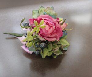 濃いピンクのバラがメインのコサージュ(完成品)