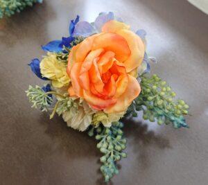 オレンジのバラが中心のコサージュ